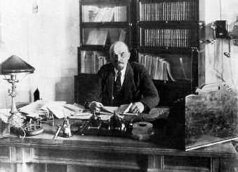 Lenin-desk-1918